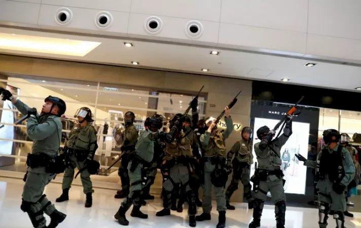 Dua Kritis Bentrok dengan Polisi Hongkong