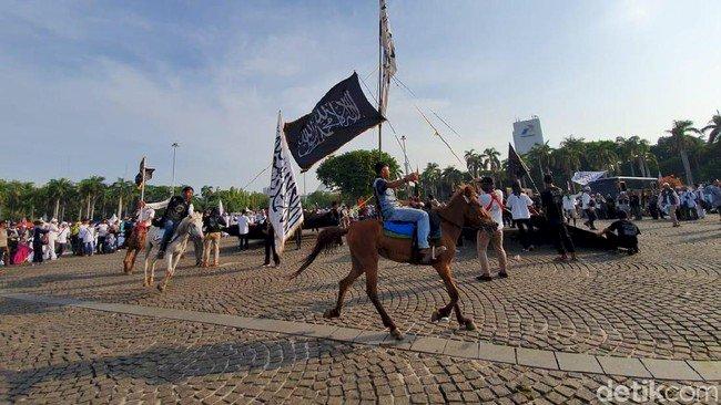 9 Pemuda Berkuda Kibarkan Bendera Ar-Rayah di Reuni 212