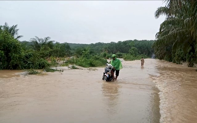 Akibat Banjir, Akses Jalan 2 Kecamatan Nyaris Lumpuh