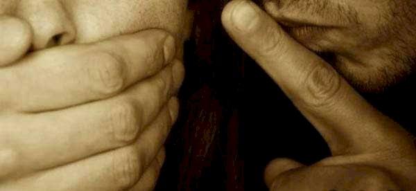 Bejat! Pemuda Kumpeh Ini Raba Tubuh ABG di Samping Istri