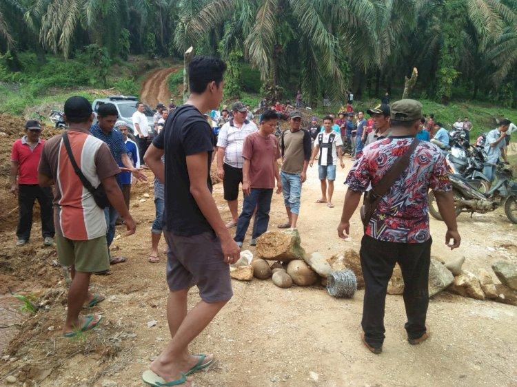 Ratusan Warga Pulau Jelmu Bungo-Jambi Blokir Jalan Kebun PT Jamika Raya, Rio Faisal: Tak Ada Kontribusi!