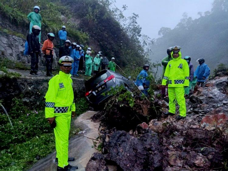 Jalan Lintas Solok Sumbar Tertimbun Longsoran, Satu Minibus Avanza Terseret